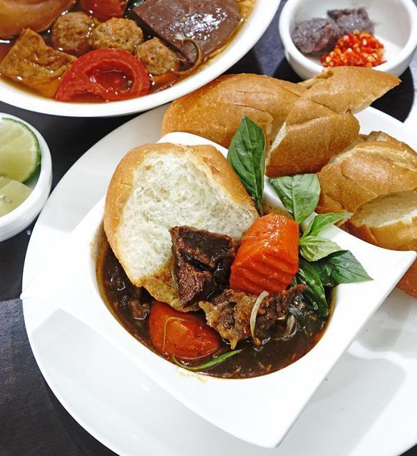 有別於越式三明治,紅燒牛肉麵包採用新鮮牛肉,經長時間燉煮,搭配法國麵包沾著湯汁享...
