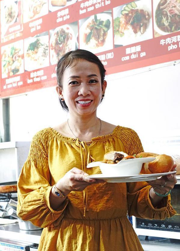 來自越南的張玉嬌鳳不僅做得一手道地的家鄉料理,對台灣小吃也樣樣精通。 圖/曾信耀...