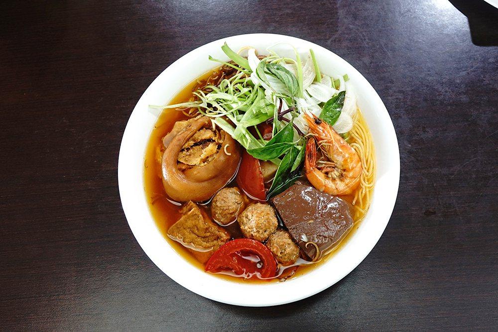 蟹米麵在越南是一道家常菜色的蟹膏湯米線,老闆增加鴨血、豬腳、肉丸、蝦子、豆腐等配...