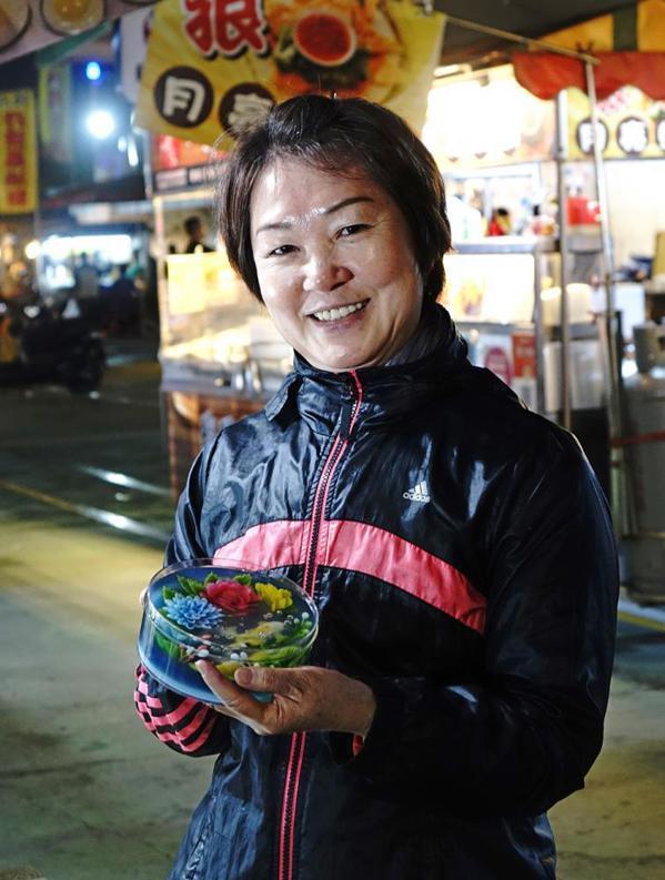 賴鳳嬌從電子業退休之後,在果凍花創作中,找到屬於自己的舞台。 圖/曾信耀 攝影