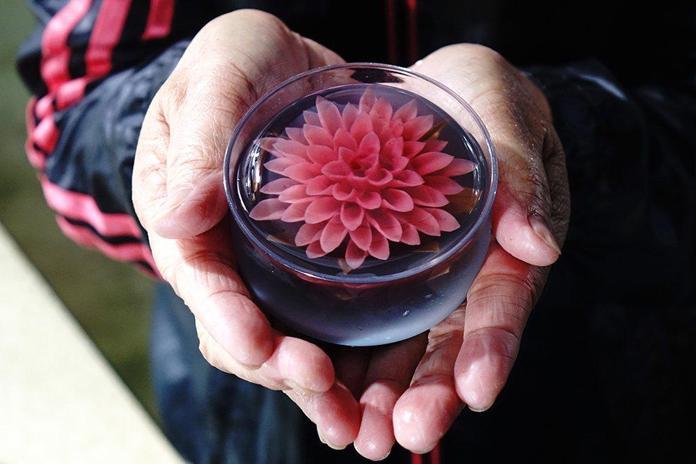 賴鳳嬌笑說,3D果凍花常常讓人捨不得吃。 圖/曾信耀 攝影