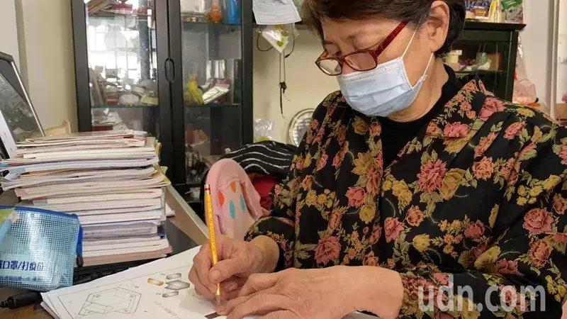 74歲黃秀里阿嬤去年報名「成功大學附設高工職業進修學校」夜間部製圖科,昨天接到成...
