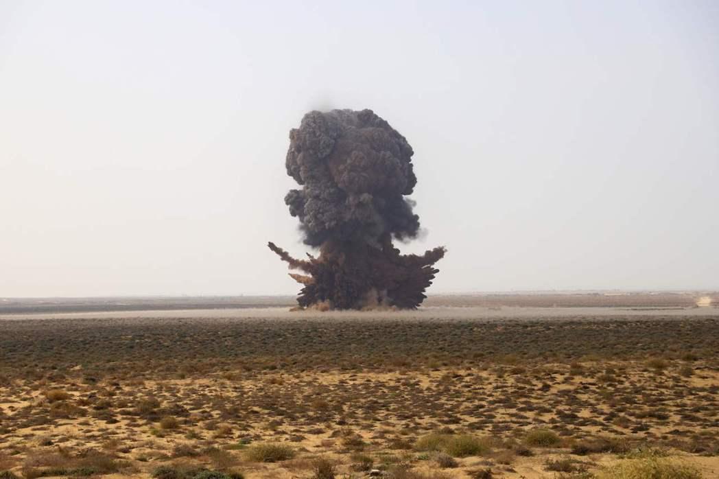 圖為地雷炸毀過程。  圖/法新社