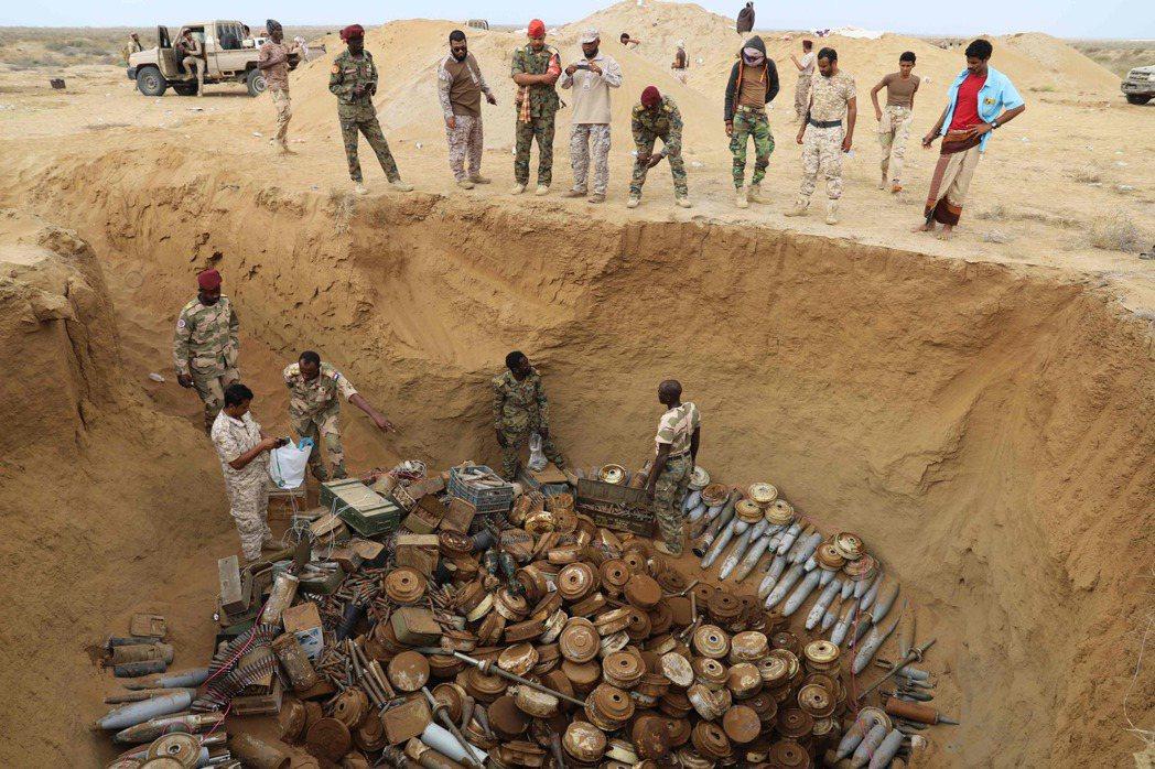 圖為1月30日,沙烏地支持的聯合軍清除了5000枚地雷,並將其炸毀。他們稱這一些...