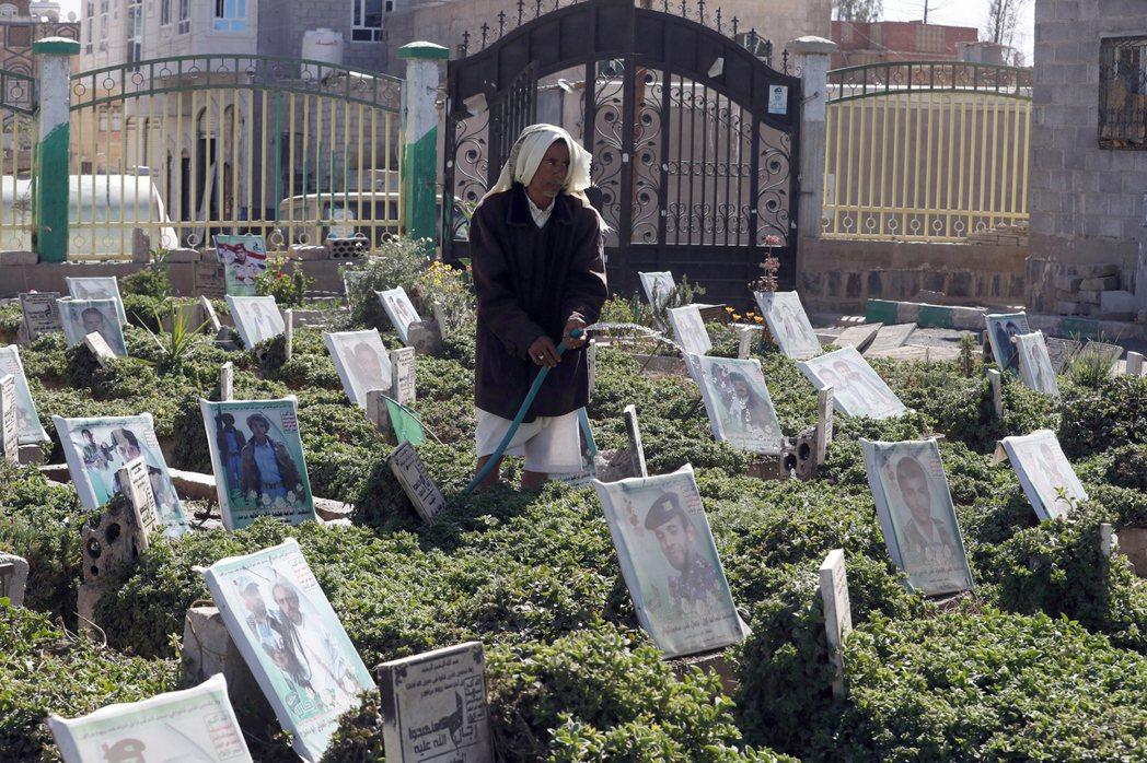 圖為在葉門的墓園裡,一名婦女正為因戰爭死去的人的墓碑上澆水。  圖/法新社