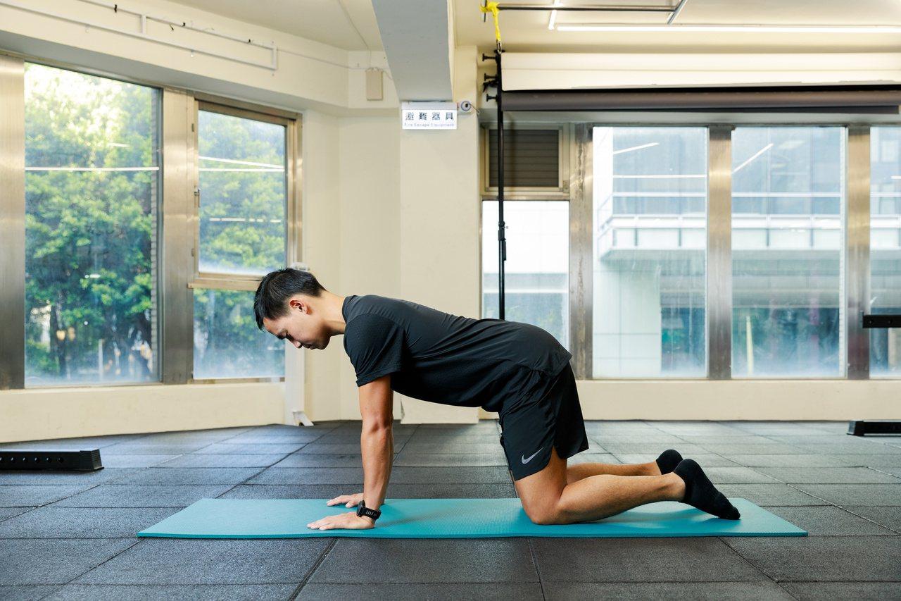 物理治療師教你,在睡前用10分鐘的伸展運動,鬆開緊繃肩頸還能減少落診機會。
