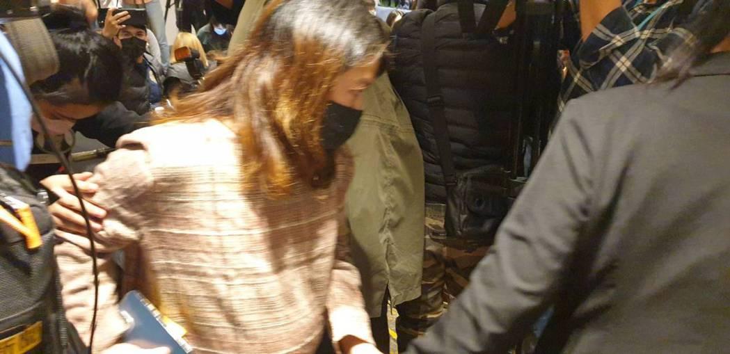 孕婦員工在飯店人員護送下先行離場。記者/李姿瑩攝影