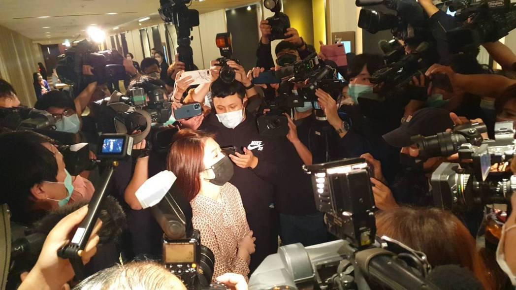雞排妹又返回記者會現場,但不得其門而入。記者李姿瑩/攝影