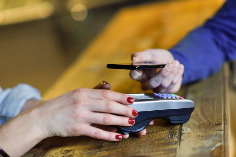 現今各大商店隨處可見行動支付方式,因此有一名網友問到「拿現金結帳會不會太落伍?」貼文引起網友熱議。示意圖/ingimage