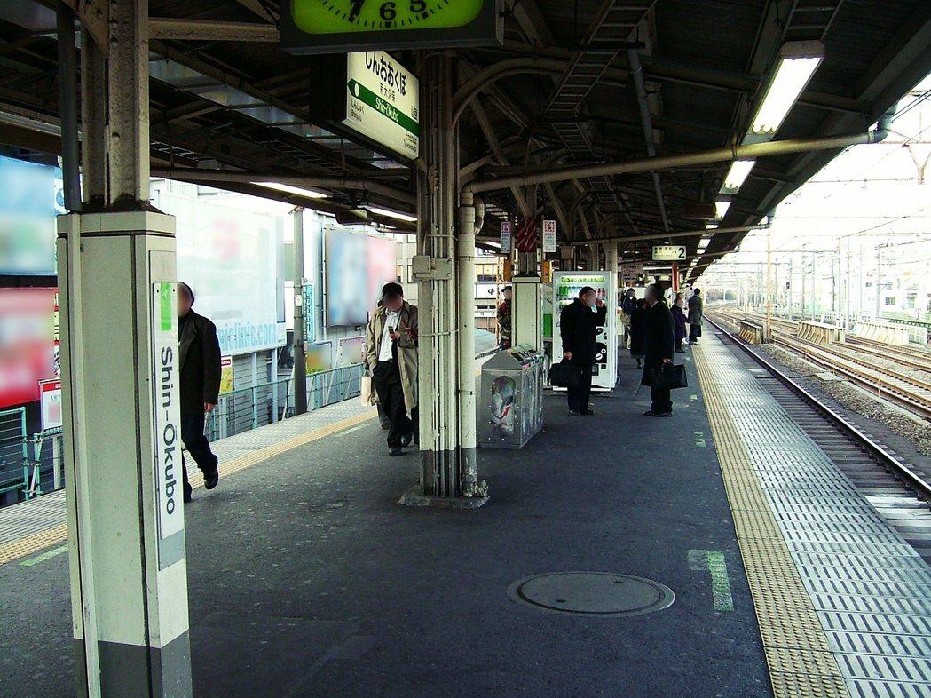 這次的事故,也讓月台門建制的問題浮上檯面。圖為2008年的新大久保車站。 圖/維...