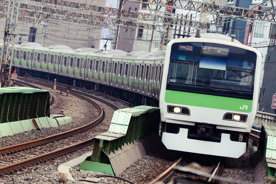 新大久保駅事故發生於2001年1月26日,攝影師關根史郎、韓國籍留學生李秀賢,兩...