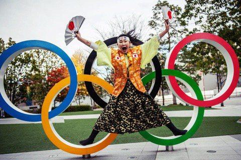 圖為「奧運阿姨」(オリンピックおばさん)石川恭子。她與另一位「奧運大叔」山田直稔...