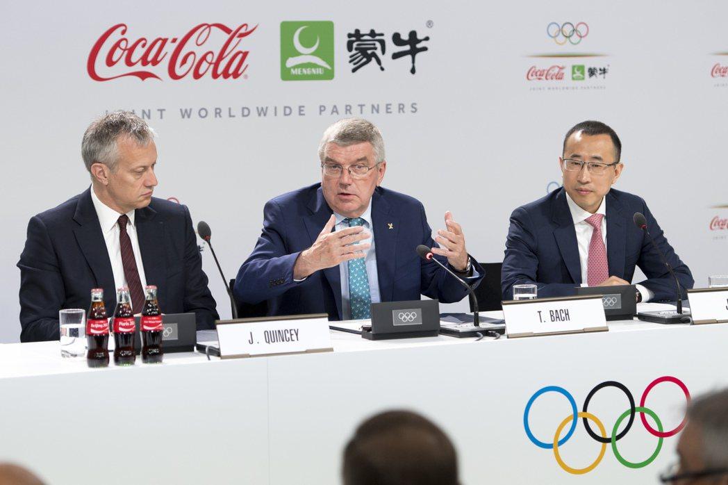 2019年6月,巴赫與奧運贊助商共同出席記者會。左為可口可樂CEO昆西(Jame...