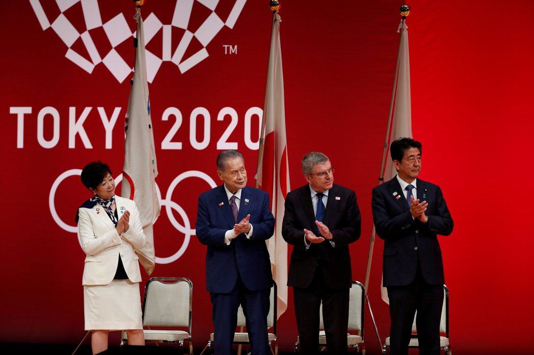日本面對疫情不斷攀升和逐漸緊縮的醫療量能,每天仍有1千多名確診數據,首相菅義偉2...