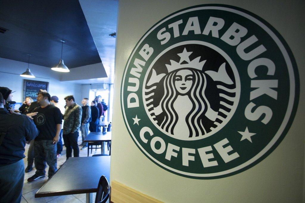 2014年洛杉磯「笨蛋星巴克」(Dumb Starbucks)開幕,也曾引起戲謔仿作與侵權爭議。 圖/路透社