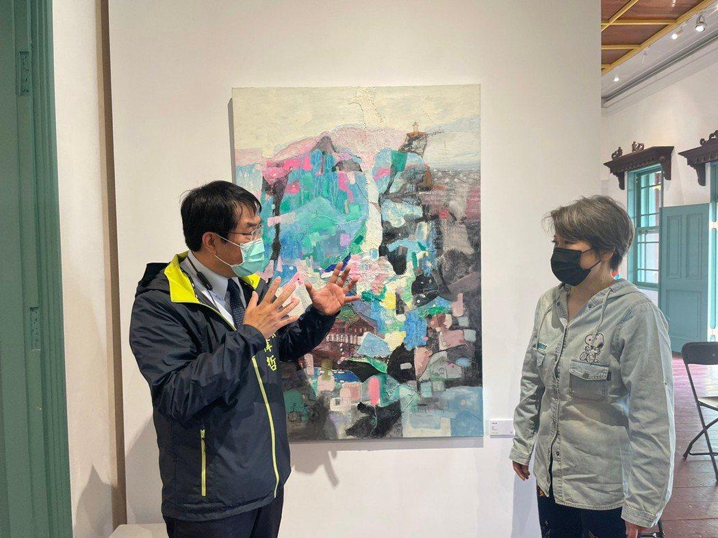 台南市長黃偉哲(左)及藝術家呂月華。