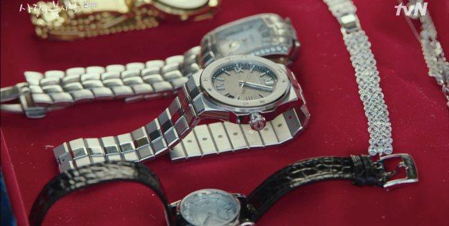 在「愛的迫降」中扮演要角的蕭邦Alpine Eagle腕表。圖/蕭邦提供