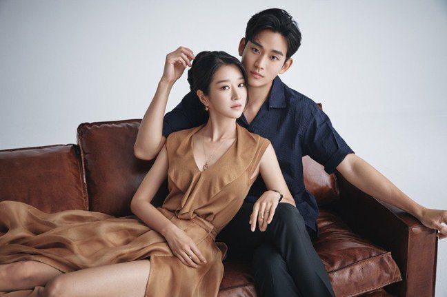 金秀賢和徐睿知一起演出「雖然是精神病但沒關係」。圖/取自網路