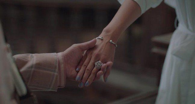 徐睿知在「雖然是精神病但沒關係」中配戴伯爵的Possession手環與Rose鑽...