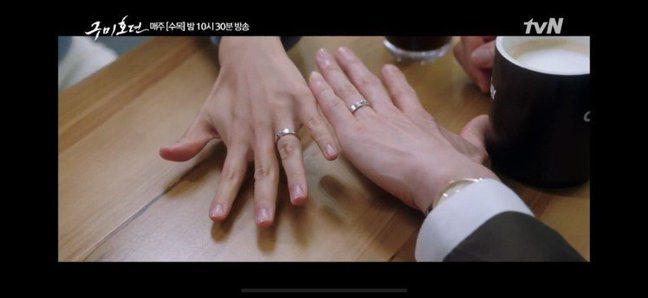 韓劇「九尾狐傳」中男女主角配戴CHAUMET Liens經典對戒系列。圖/擷取自...
