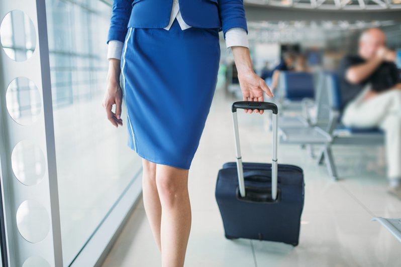 4大航空工會今天指出,民航局正研議讓長程航線有兩組機組人員上機,且到外站不入境並在機上休息,避免需要居家檢疫,此做法不僅無視飛安,也可能讓機組員執勤時間高達40小時。示意圖/Ingimage