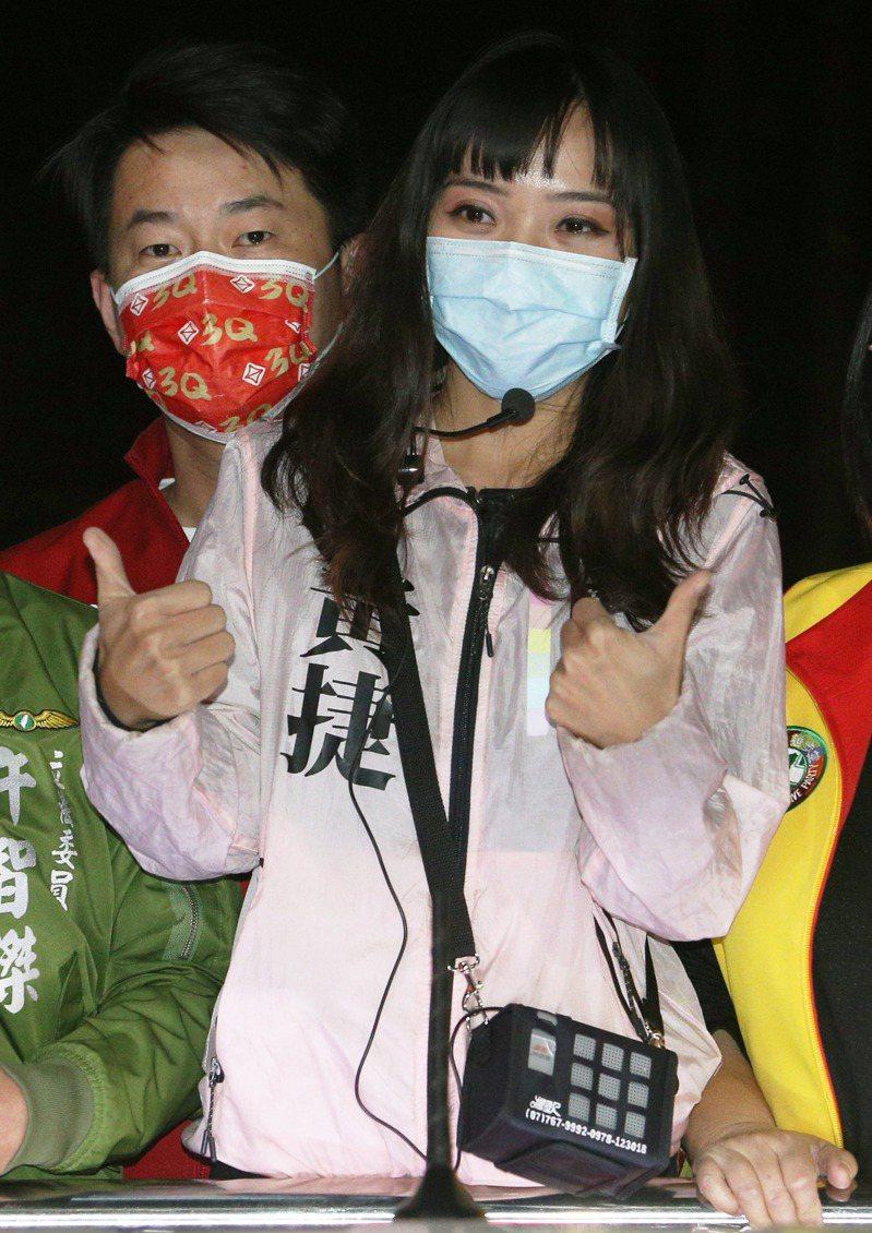 高雄市議員黃捷(右)罷免案明投票,台灣基進立委陳柏惟(左)昨陪同掃街,成為話題。記者劉學聖/攝影
