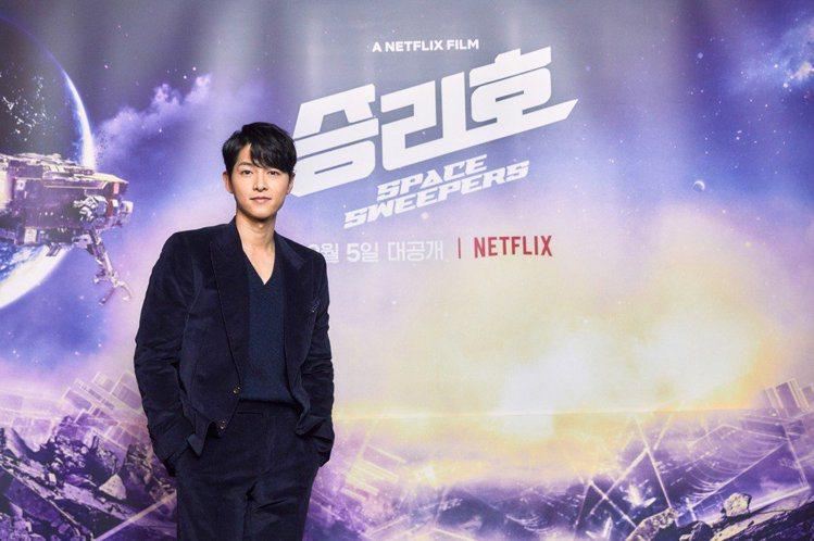 宋仲基帥氣出席上映「勝利號」記者會。圖/摘自Netflix
