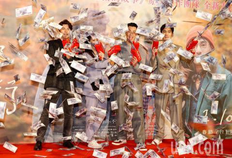 「跟你老婆去旅行」將於2月10日春節檔正式上映,4日舉行首映典禮,由於女主角陳妍希人在大陸工作無法趕回台灣參加首映,因此片中兩位男主角,飾演老公的張書豪以及好友鳳小岳,偕黃嘉千與禾浩辰一起到現場與影...