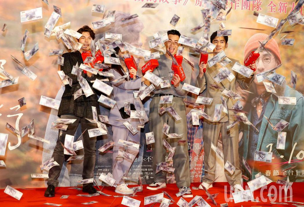 電影《跟你老婆去旅行》首映會晚上在台北市松仁威秀影城舉行,片中主角鳳小岳(左起)