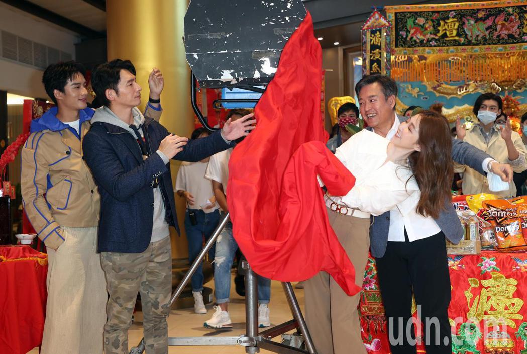 電影「衝吧!周大隆」上午舉行開鏡儀式,演員溫昇豪(左二)、邵雨薇(右一)、陳澤耀...