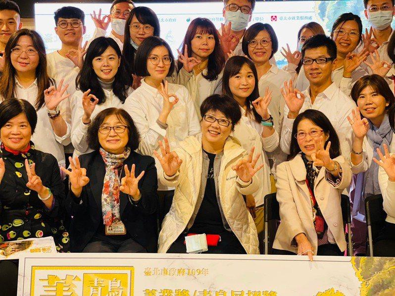 北市勞動局長陳信瑜(中)發表去年六大績效及未來施政五支箭,其中北市就業成功媒合數高達4萬5,146人,創五年來新高。 圖/北市勞動局提供