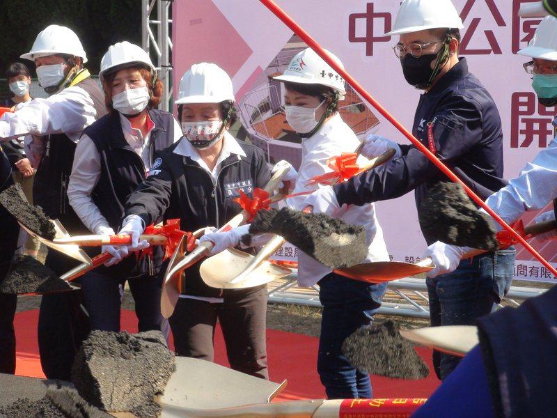 台中市豐原區中正公園景觀改善工程今日動工,預計今年7月完工。記者余采瀅/攝影