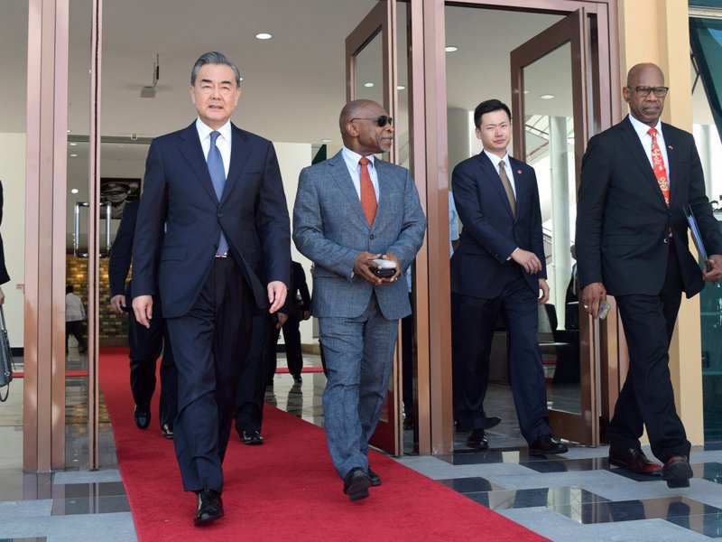 蓋亞那與北京有外交關係,雙方建交公報有一個中國原則。圖為中國外長王毅(前左)2018年9月訪問蓋亞那。路透