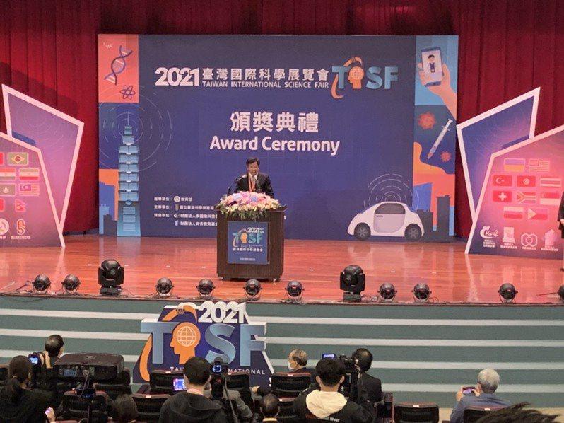 2021台灣國際科學展覽會今舉行頒獎典禮,有別於過往由總統或副總統親臨現場頒獎、勉勵我國青年科學人才,今年由教育部長潘文忠頒獎。記者趙宥寧/攝影