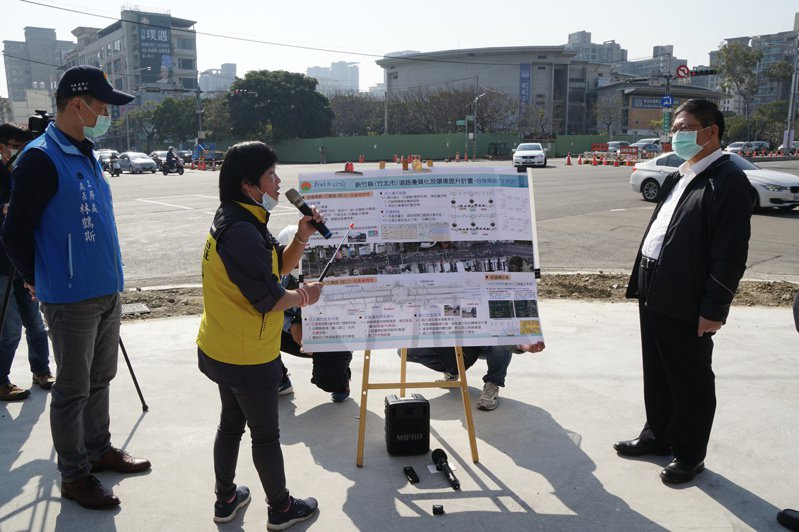 縣長楊文科到文興路與自強南路口視察,希望工程施工不要影響春節車潮。圖/縣府提供