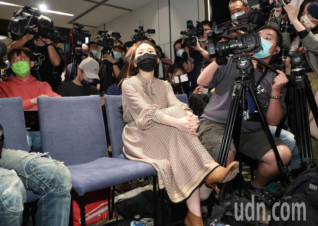 性騷疑雲事件,雞排妹(圖)今天到翁立友記者會現場想聆聽說法,導致記者會一直無法開...