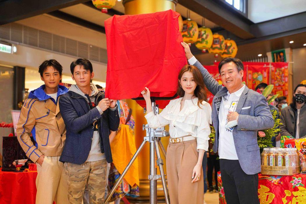 陳澤耀(左起)、溫昇豪、邵雨薇以及檢場。圖/滿滿額提供