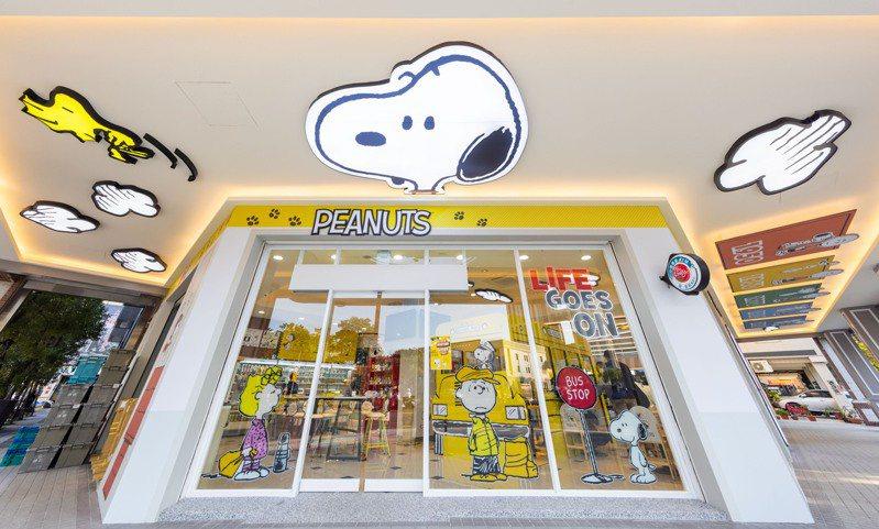 高雄「7-ELEVEN X SNOOPY史努比主題店」騎樓使用史努比、胡士托(WOODSTOCK)立體造型天花板。圖/7-ELEVEN提供