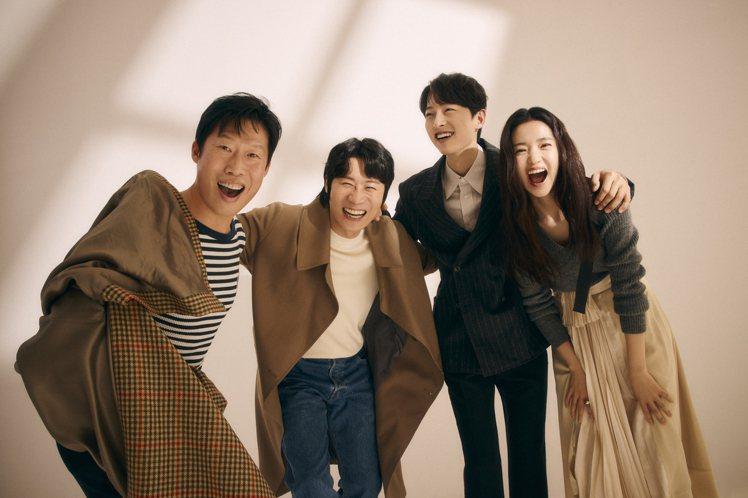 金泰梨(右起)、宋仲基、陳善奎、柳海真主演「勝利號」。圖/Netflix提供