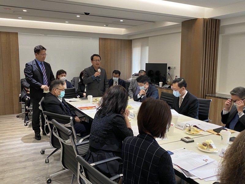 聯輔基金會董事長賴坤成(右立者)。 圖/聯輔基金會提供
