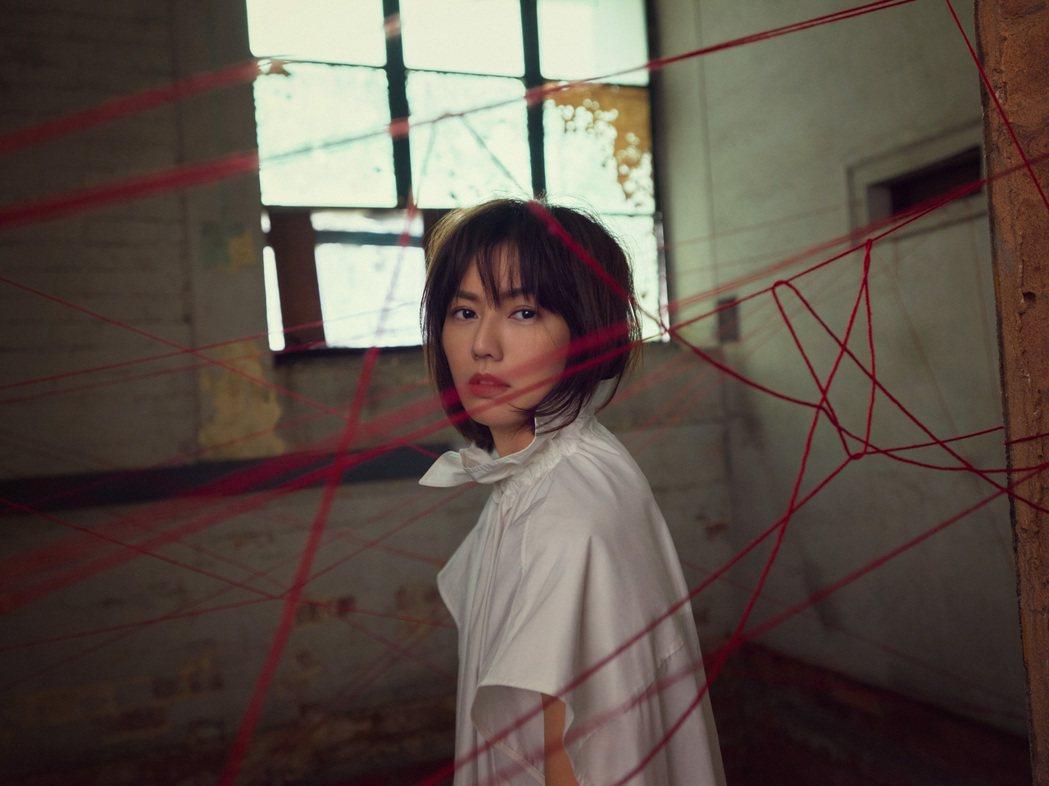 孫燕姿時隔19年推出全詞曲創作單曲「餘額」。圖/環球唱片提供