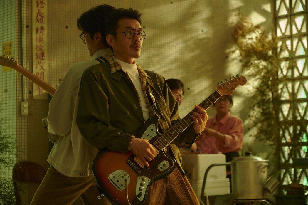 宋柏緯(左)在「天橋上的魔術師」劇中把妹戲,四分衛阿山加持合奏吉他。圖/公視、m