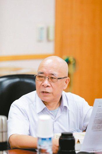 開業耳鼻喉科醫師洪德仁,30年前就走出診間,也是催生北投社區醫療群的推手。圖╱洪...