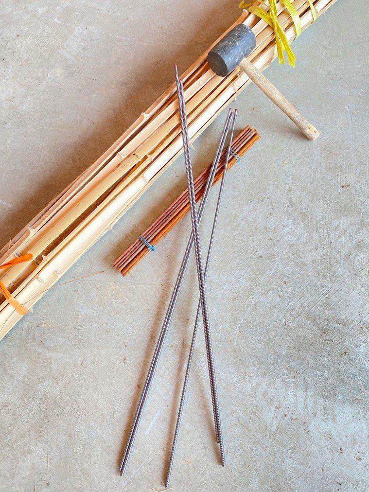 編織竹餘桶的器材:竹片、鋼筋、鐵鎚。 圖/朱慧芳提供