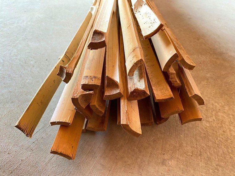 一根竹子剖成六片,長度210公分。 圖/朱慧芳提供