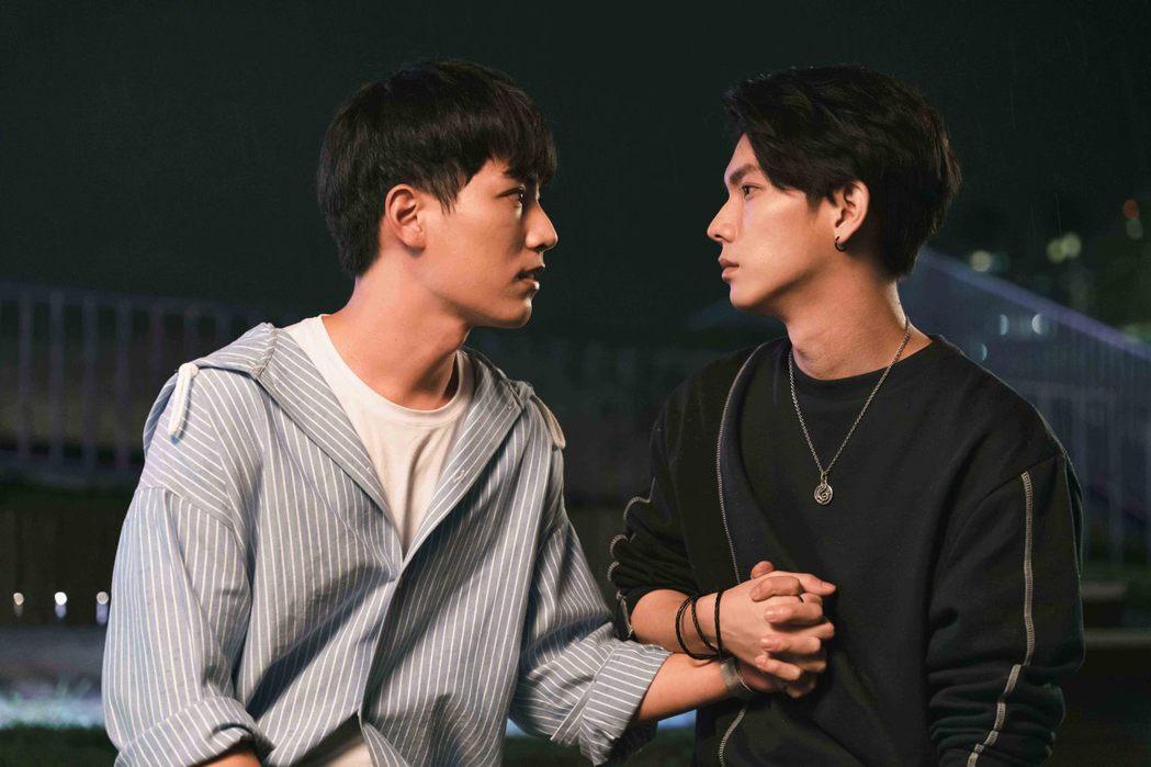 楊宇騰(右)戴上林子閎所送的定情手鍊。圖/WeTV、結果娛樂提供