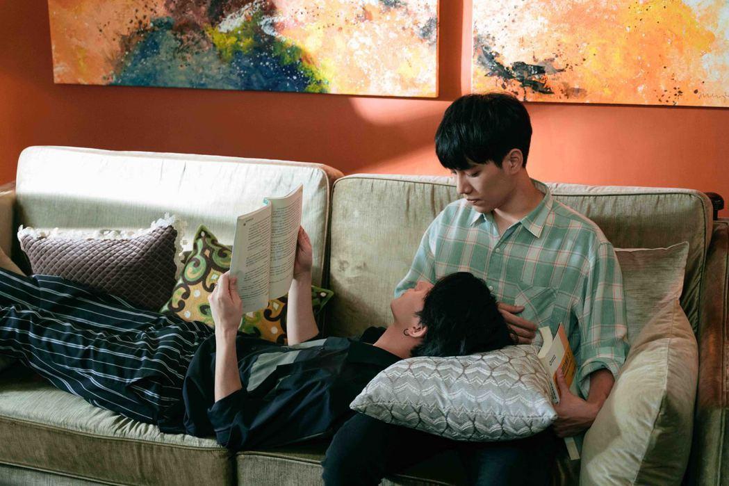 林子閎(右)、楊宇騰在家中甜蜜約會。圖/WeTV、結果娛樂提供