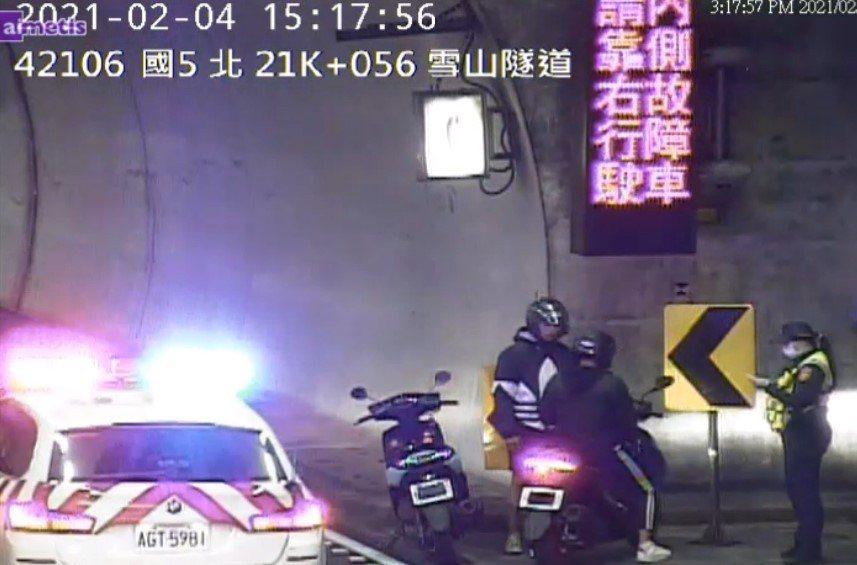 丁姓、林姓男子以口罩遮掩車牌騎入雪隧,警方認為行為屬「故意」上國道,不僅吃上行政...