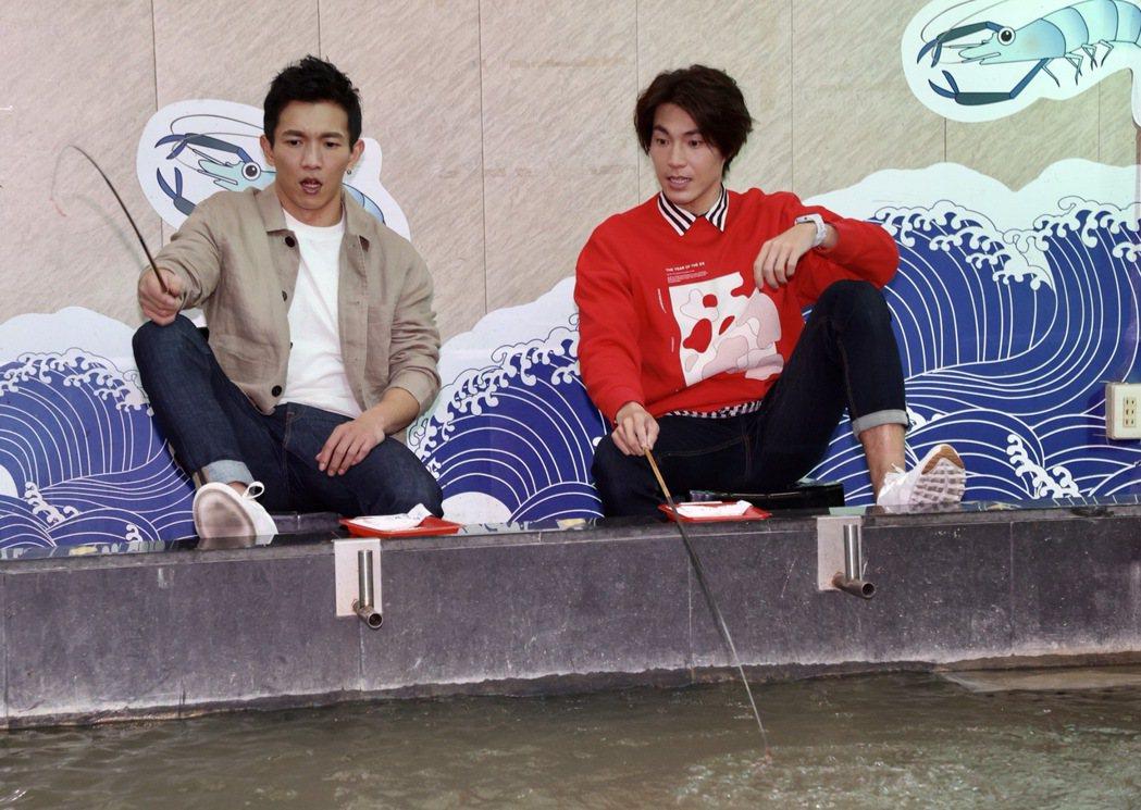 電影「角頭-浪流連」演員黃尚禾(左)、唐振剛開心釣蝦。記者黃義書/攝影