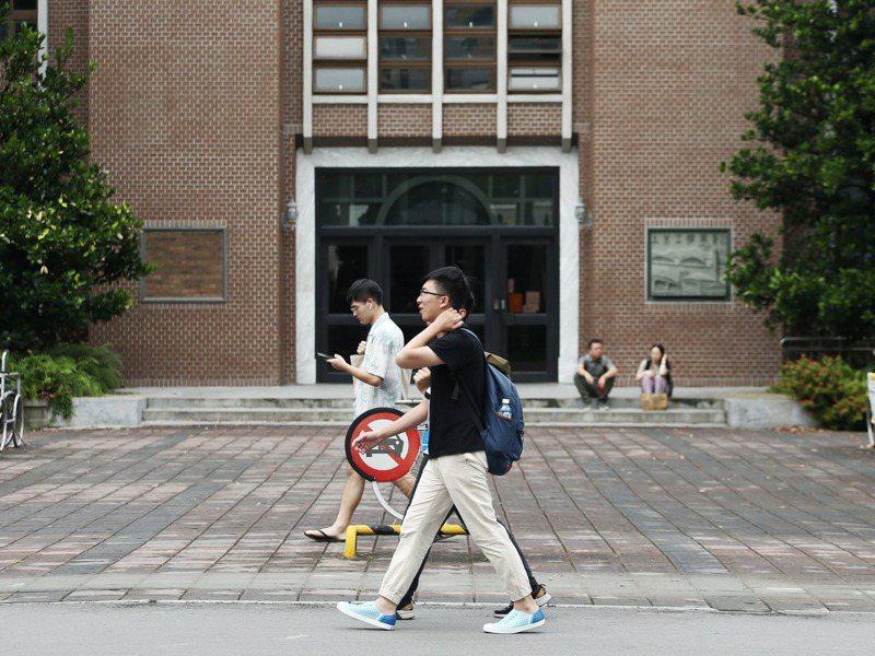 不少大學要求新聘教師一定節數必須全英語授課,有學者表示,恐造成國內博士會被「預設」無法英語授課,應聘時受到無形歧視。圖為大學校園示意圖。圖/聯合報系資料照片
